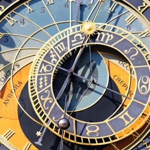 Astrologie - Astrolabium-Uhr mit Tierkreiszeichen, Sonne und Mond